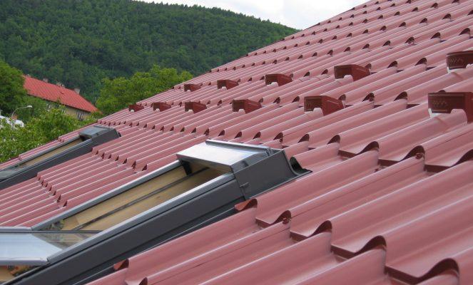Povrchová úprava plechové střechy – jaké jsou možnosti při jejím výběru?